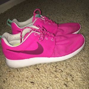 Shoes - Nike roshe tennis shoes